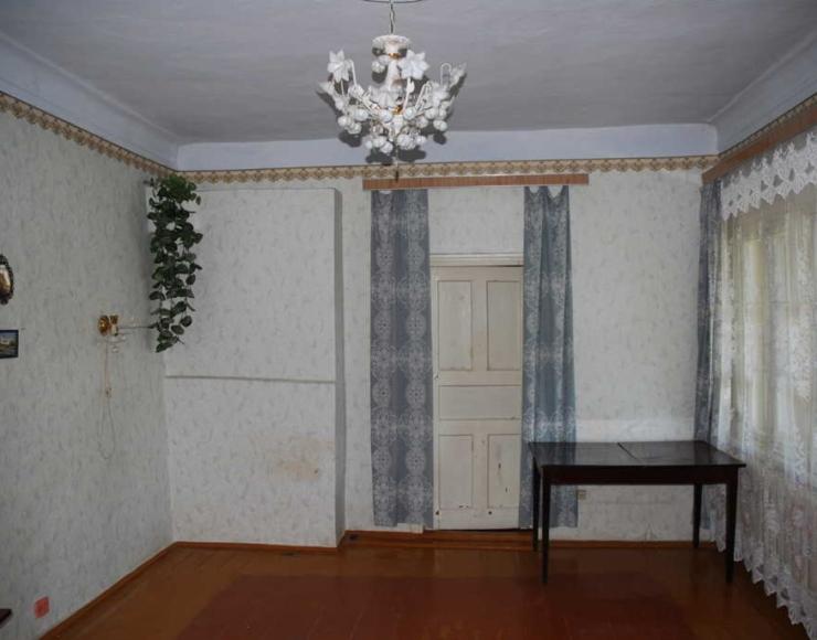 Продається недорого частина цегляного будинку з господарськими спорудами